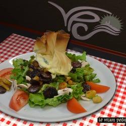 Le Vilain Petit Canard - Marseille, France. La salade VPC se compose de tomates, champignons, pommes, figatelli, aumonières de brousse à la menthe sur lit de salade