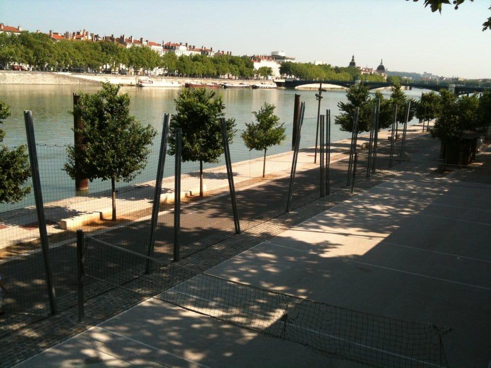 Terrain de volley ball arena stadiums 29 quai claude for Terrain lyon