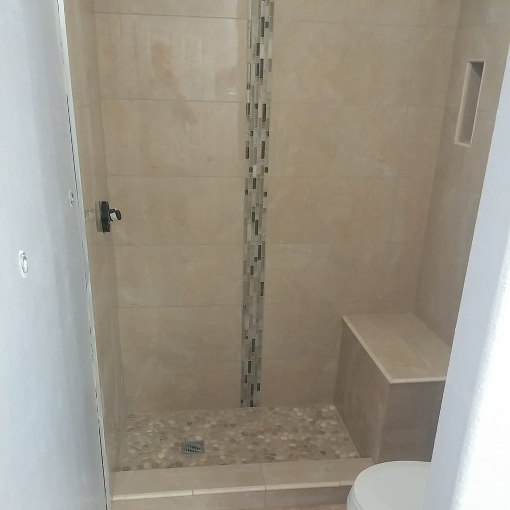 Modern style shower with a bench, niches and a vertical deco band ...
