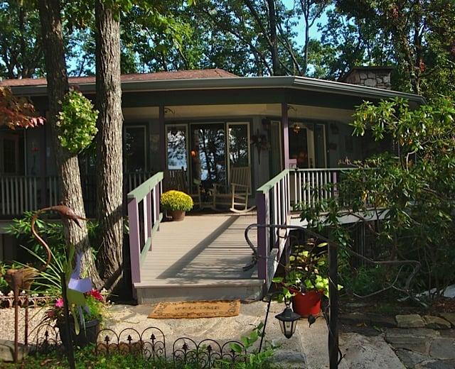Crooked Oak Mountain Inn: 217 Patton Mountain Rd, Asheville, NC