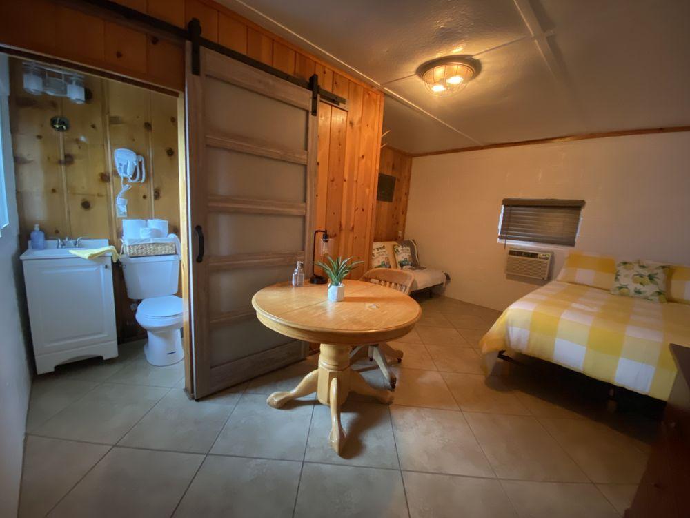 Lemon House Inn: 146 s fwy, Cartago, CA
