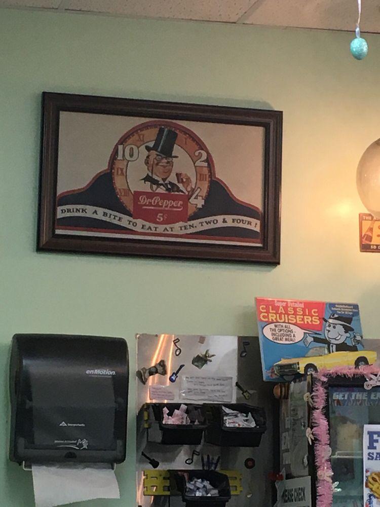 Boomarang Diner: 305 W Gentry Ave, Checotah, OK