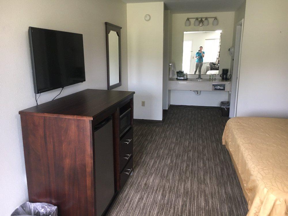 Madison Inn Lodge: 730 Madison Plaza Dr, Fredericktown, MO