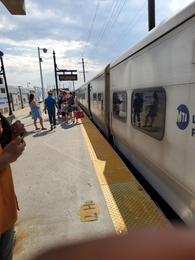 LIRR Babylon: Railroad Ave, Babylon, NY