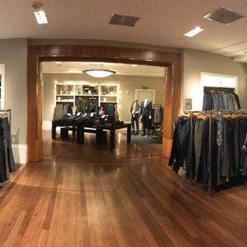 Banana Republic offers a full range of men's and women's clothing within this massive, three-level clothing store in Santa Monica. Banana sells shirts, shoes, accessories, pants, tees and more. The employees are kind, outgoing and more than willing to help shoppers find what they're looking for.7/10(88).
