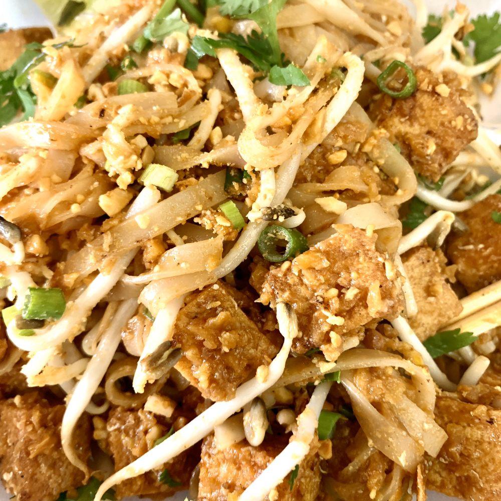 Polly's Thai Food: 402 SW Sheridan Rd, Lawton, OK