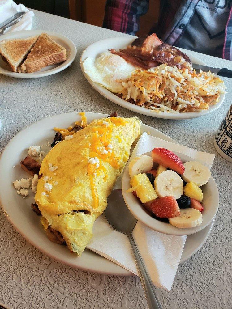 Vineyard Cafe: 231 N Main St, Lawton, MI