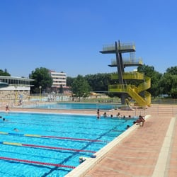 Piscine camval swimming pools rue pierre de coubertin for Oasis piscine macon
