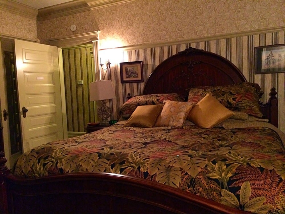 Phillips Place B&B: 705 Jackson St, Macon, MO