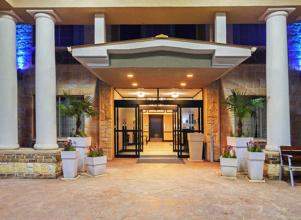 Holiday Inn Express & Suites Henderson-Traffic Star: 300 N Kilgore Dr, Henderson, TX