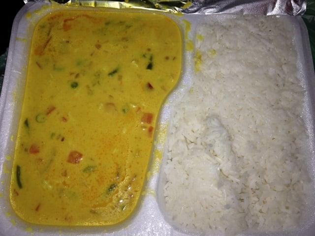 Chicken Curry - mit Kokosmilch in kräftiger Sauce, Koriander ...