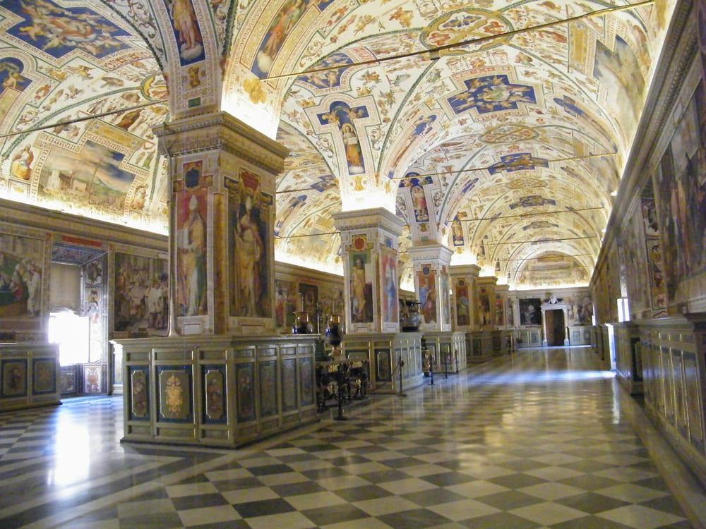 Foyer Museum Yelp : Main hall inside vatican museum yelp