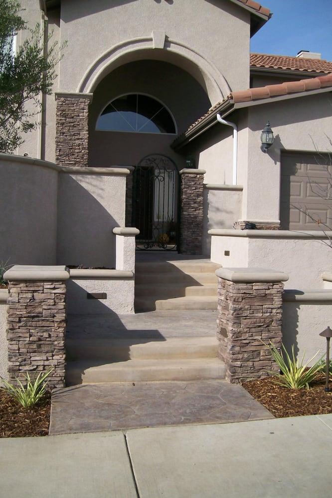 Walkway to front door stacked stone veneer stucco walls for Stucco facade