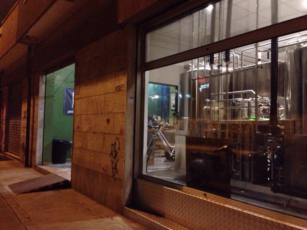 Da fuori vetrina con impianto a vista per produrre birra yelp