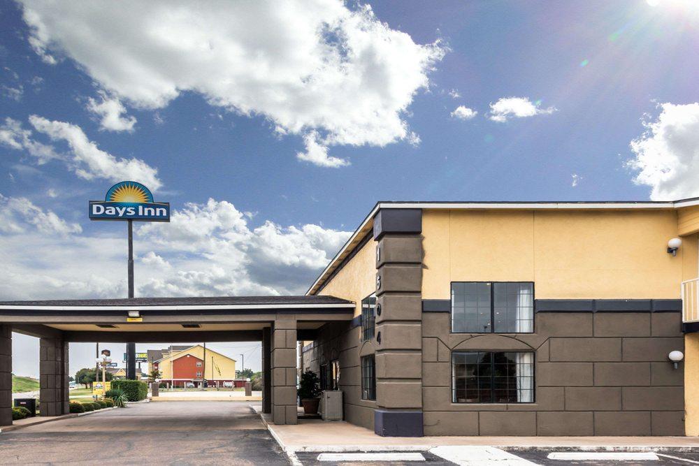 Days Inn by Wyndham Waco: 1504 I-35 North, Waco, TX