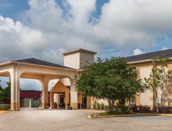 Days Inn & Suites by Wyndham New Iberia: 611 Queen City Drive, New Iberia, LA