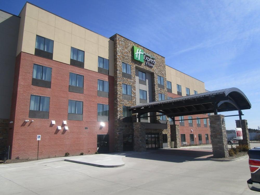 Holiday Inn Express & Suites Davenport: 401 Veterans Memorial Pkwy, Davenport, IA