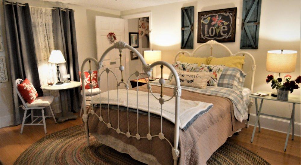 Peabody's 'Hip Little Stay' Bed & Breakfast: 418 E Main St, Luray, VA