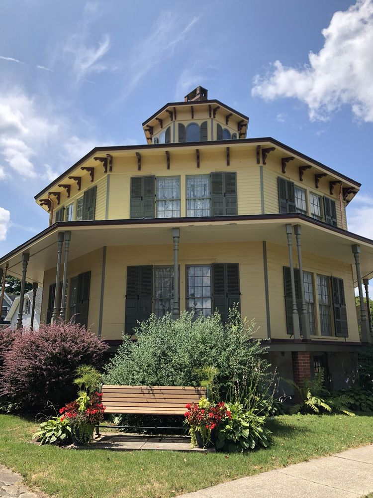 Rich Twinn Octagon House: 145 Main St, Akron, NY