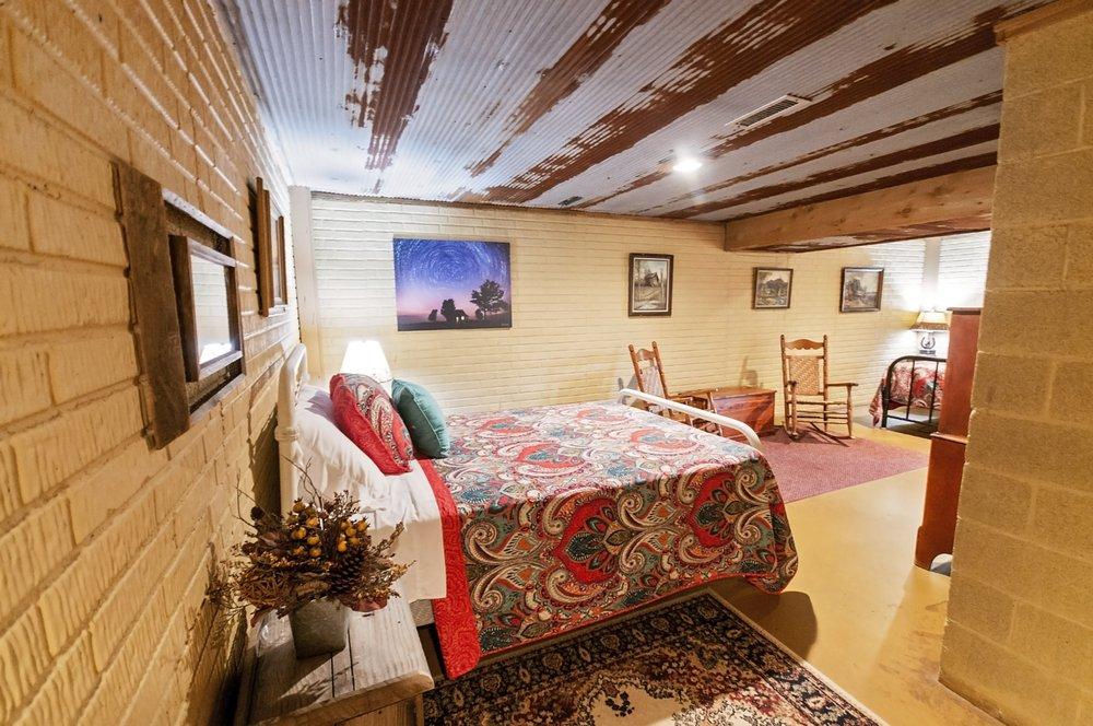 Bear Creek Log Cabins: 6403 N Hwy 65, St. Joe, AR
