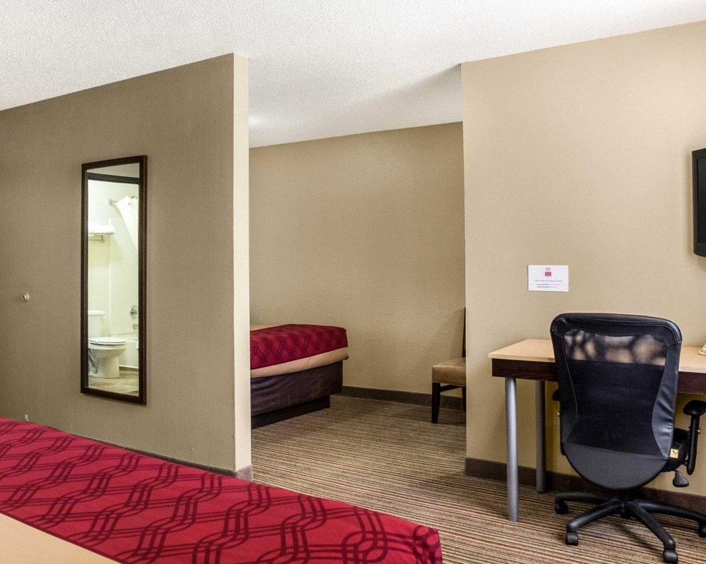 Econo Lodge: 900 N 43rd St, Grand Forks, ND