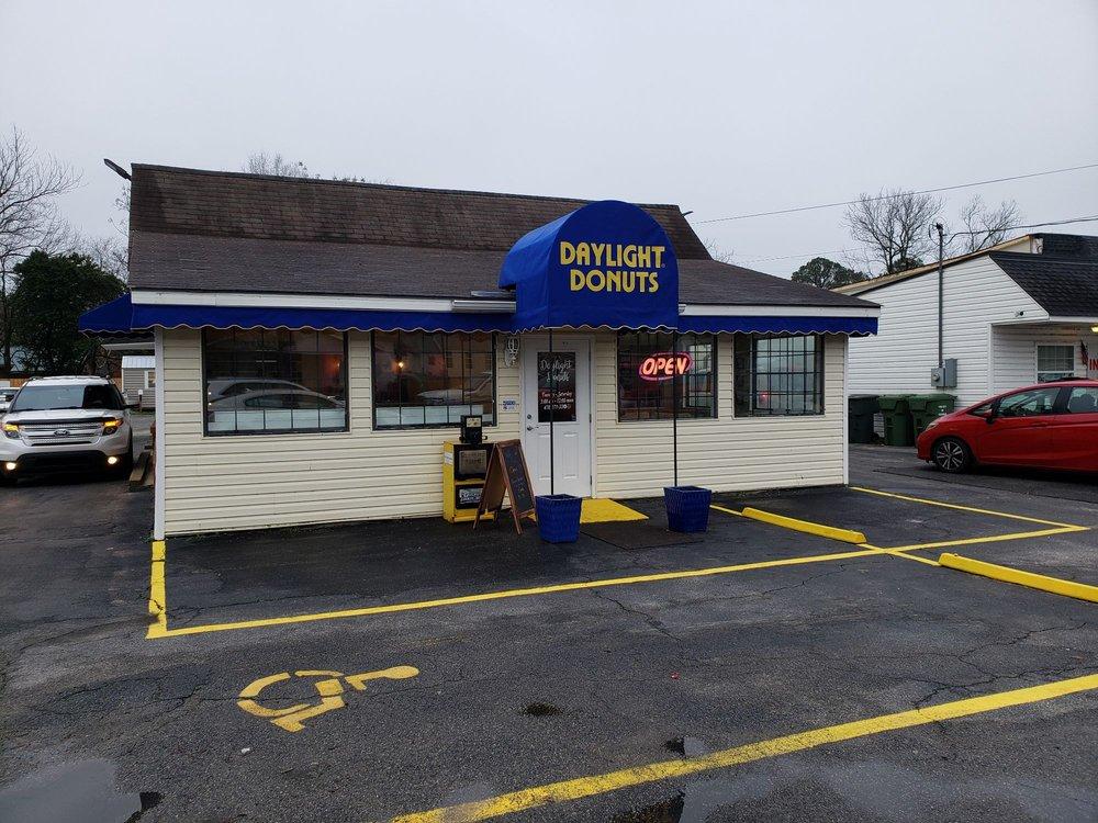 Daylight Donuts of Cochran: 164 E Dykes St, Cochran, GA