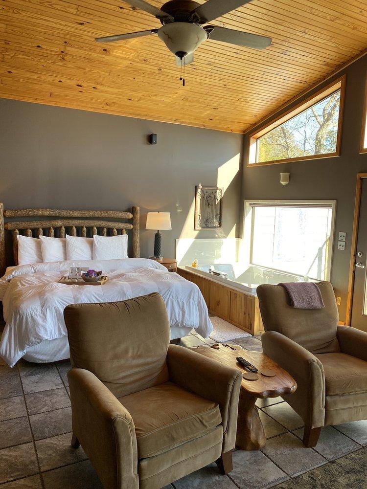 Beaver Lakefront Cabins: 1234 County Road 120, Eureka Springs, AR