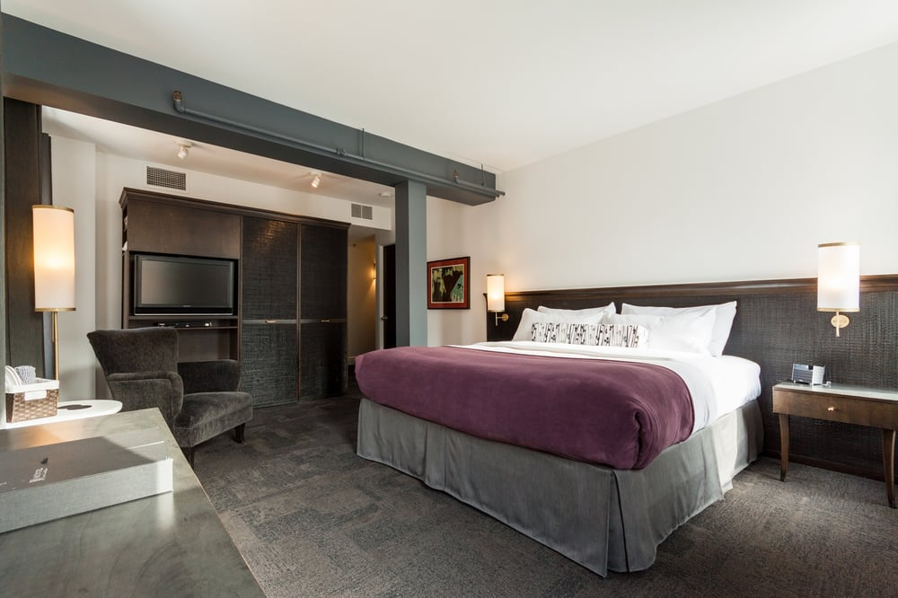 Chambre supérieur avec lit king / Superior room with King ...