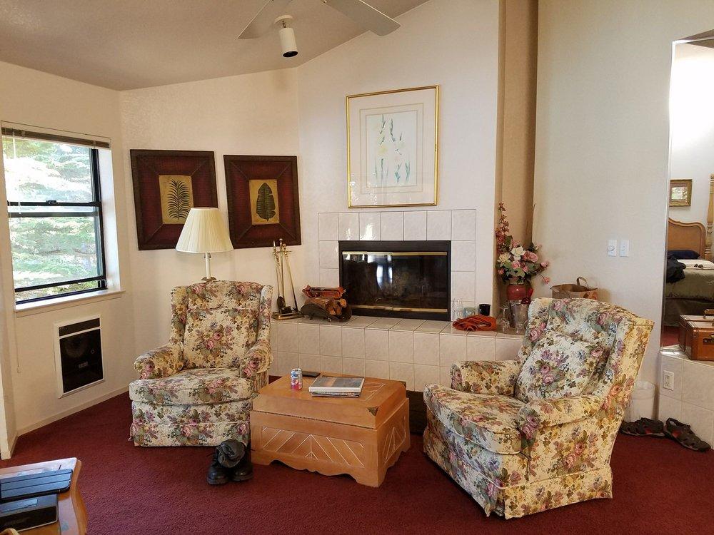 Whale Watch Inn: 35100 S Hwy 1, Anchor Bay, CA