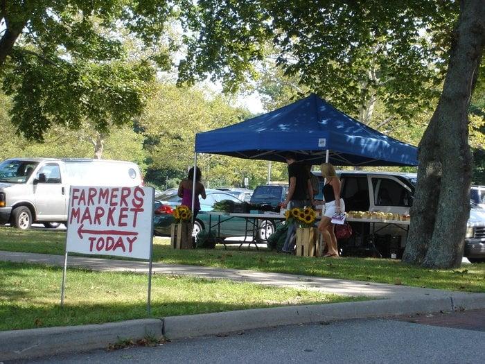 Hauppauge Farmers' Market: 250 Veteran's Memorial Hwy, Hauppauge, NY
