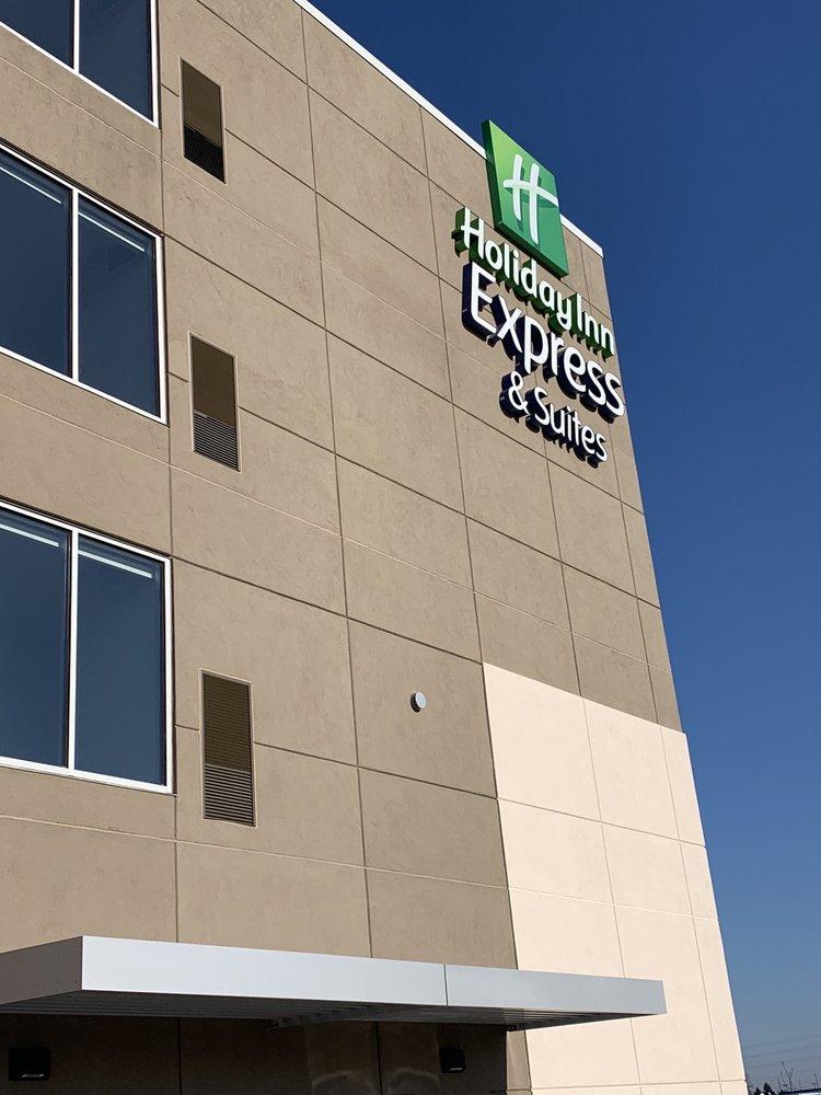 Holiday Inn Express Elkhorn - Lake Geneva Area: 200 Oconnor Dr, Elkhorn, WI