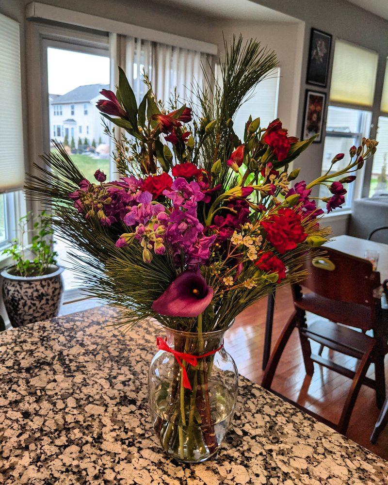 The Vines Flower & Garden Shop: 33245 Grand River Ave, Farmington, MI