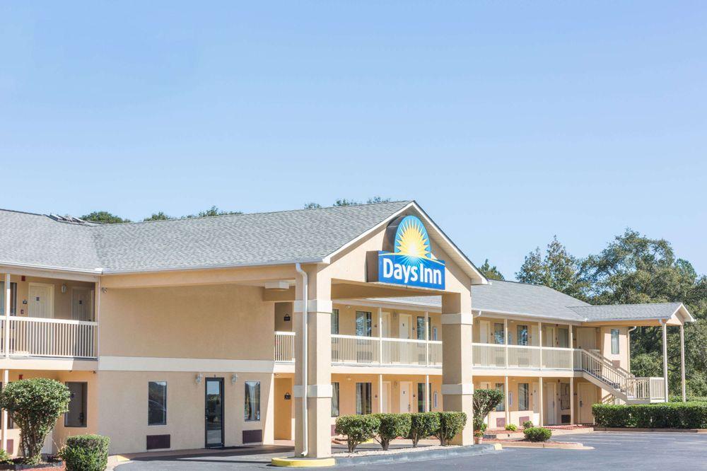 Days Inn by Wyndham Royston: 841 Hartwell Street, Royston, GA