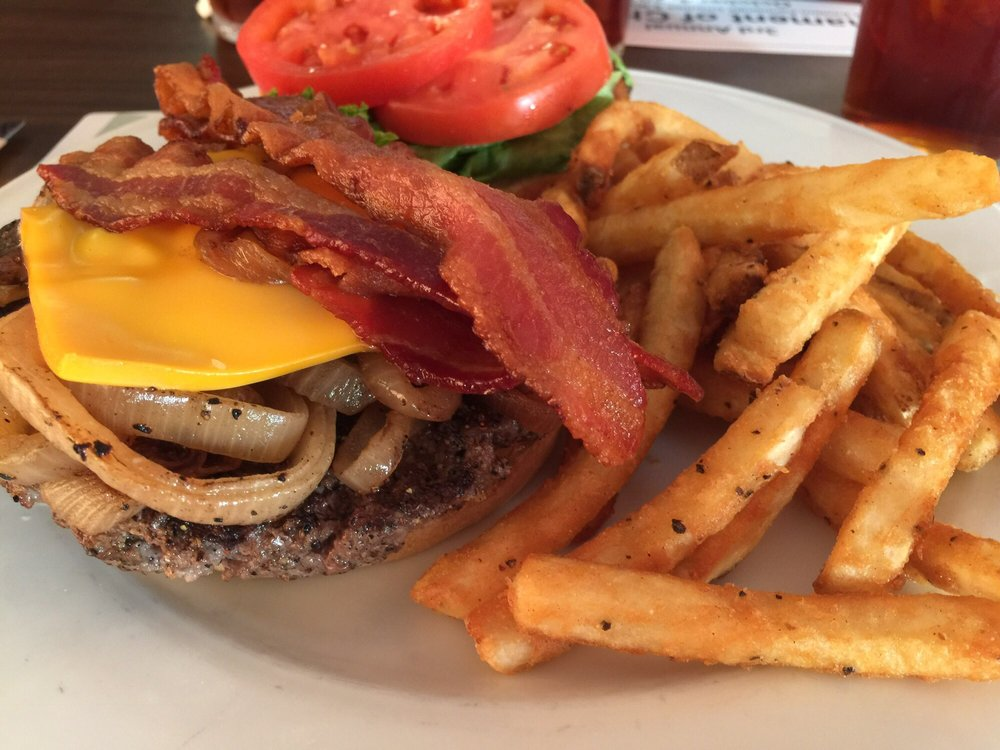 Clubhouse Grille & Pub: 109 Clubhouse Ridge, Hedgesville, WV