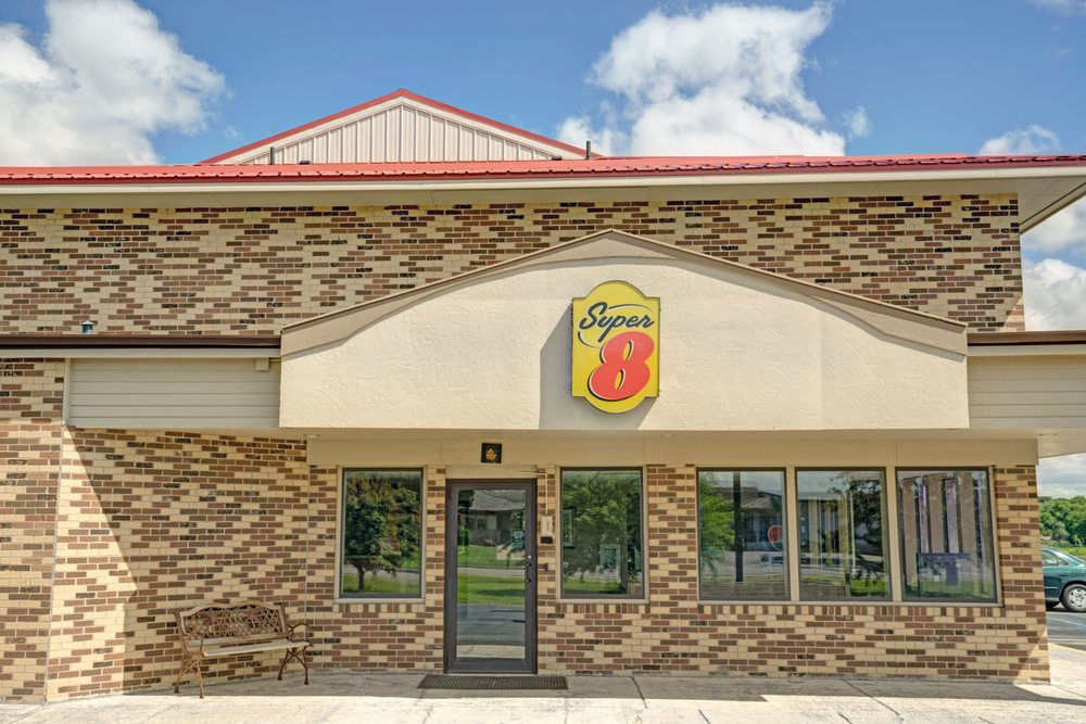 Super 8 by Wyndham Melrose: 231 E County Road 173, Melrose, MN