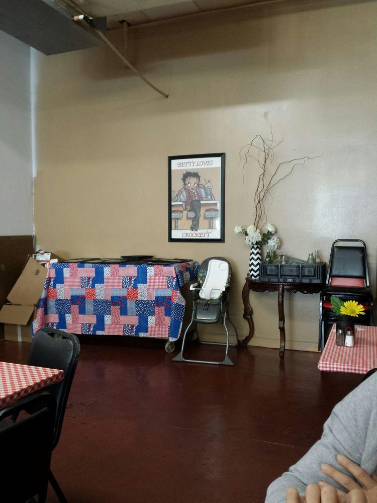 Betty Boop's Sandwich & Soup: 509 E Houston Ave, Crockett, TX