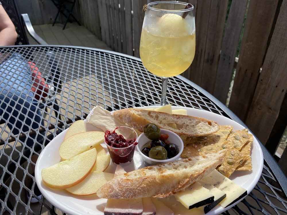 Peachbarn Winery and Cafe: 560 Chestnut St, Alto Pass, IL