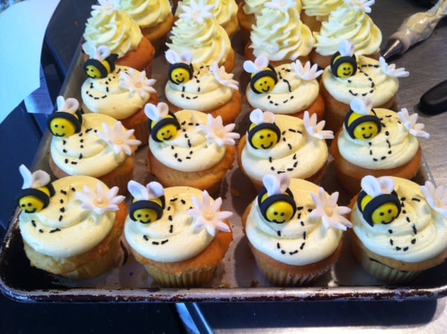 Bumble Bee theme cupcakes made w/ fondant bee s and daisy ...