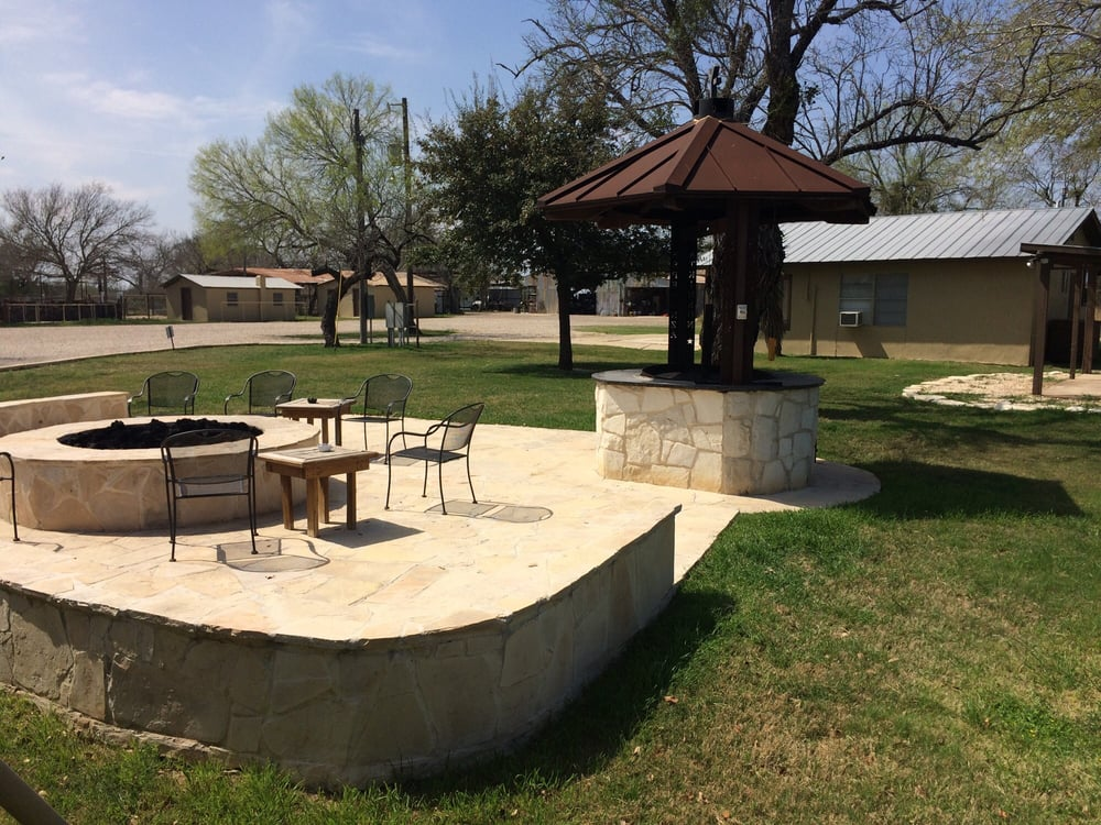 Y Bar Ranch: 201 McNeil Rd, Fowlerton, TX