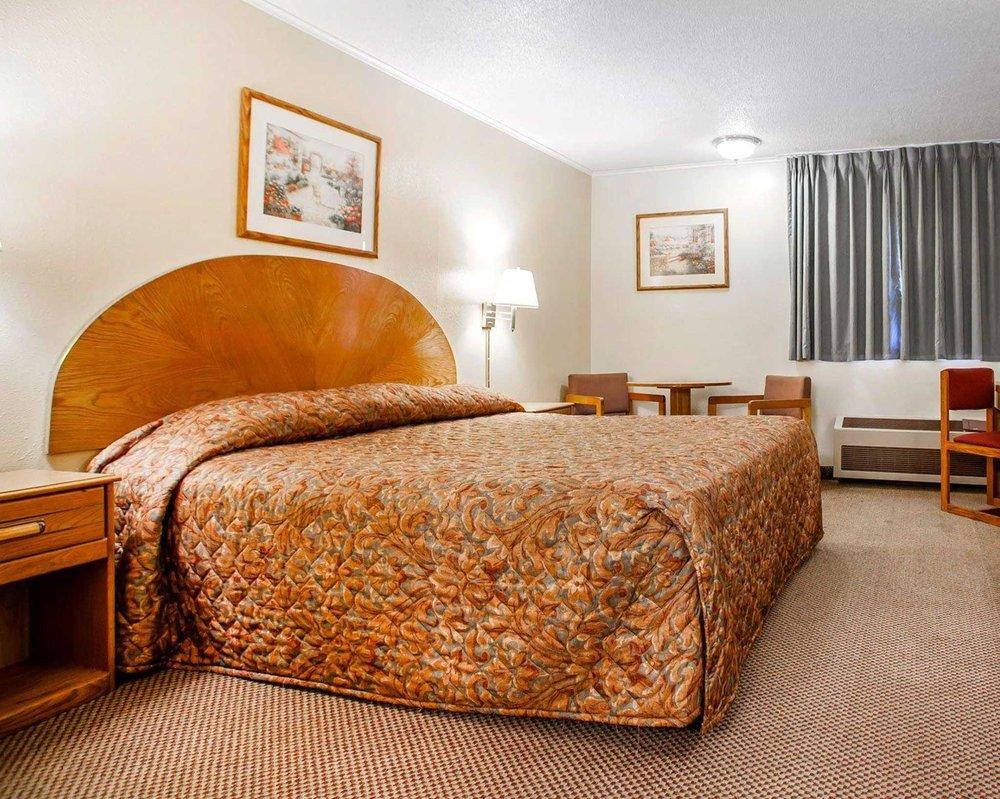 Econo Lodge Inn & Suites: 1405 W 19th St South, Newton, IA