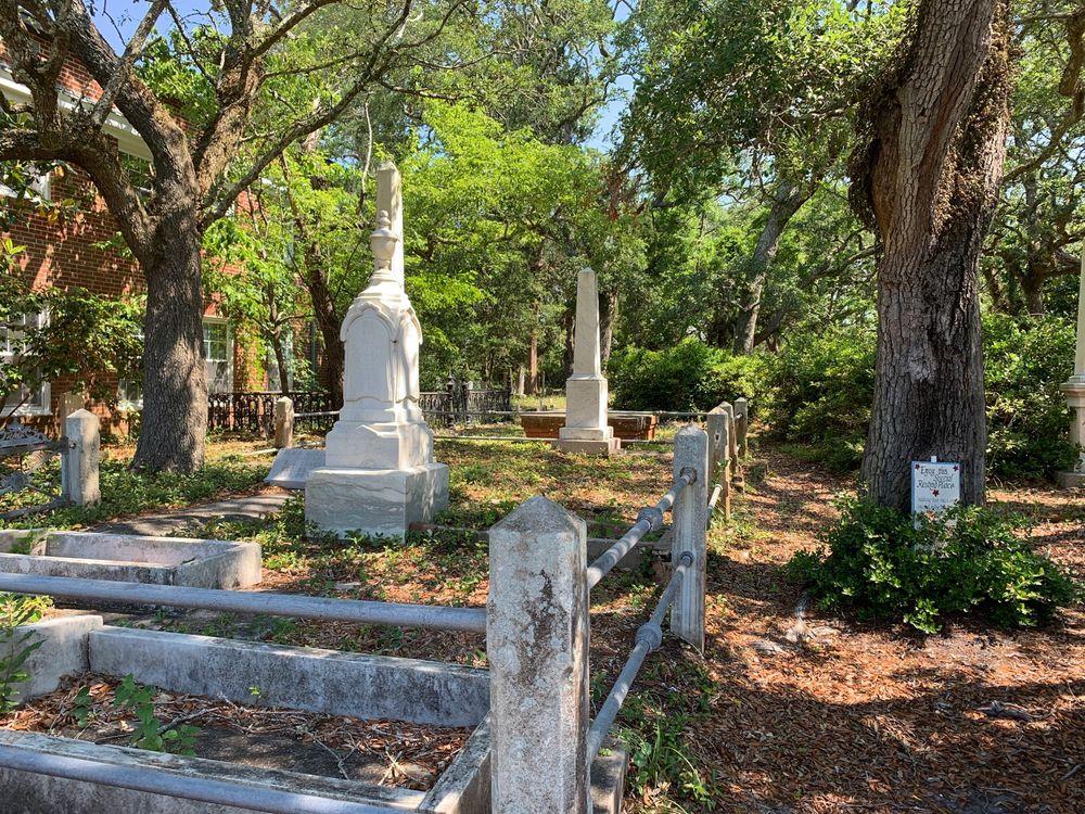 Old Burying Ground: 400 Anne St, Beaufort, NC