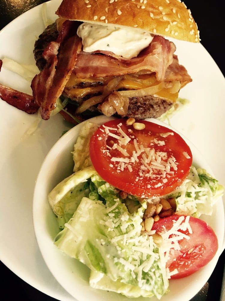 k stlicher angus cheese bacon burger mit caesar salad als beilage yelp. Black Bedroom Furniture Sets. Home Design Ideas
