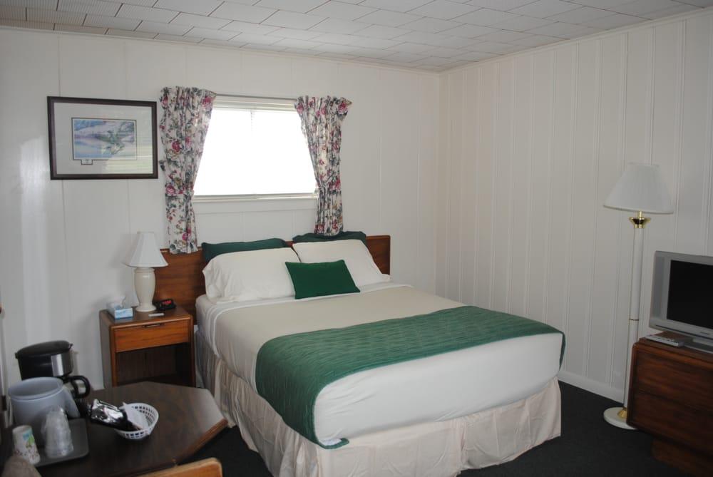 Rock Ledge Motel: 45302 New York Rt 12, Alexandria Bay, NY