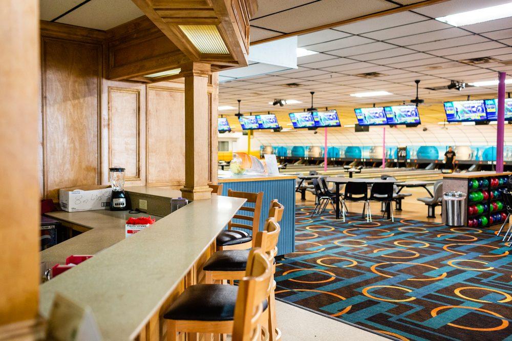 Holiday Entertainment: 3408 N State Line Ave, Texarkana, AR