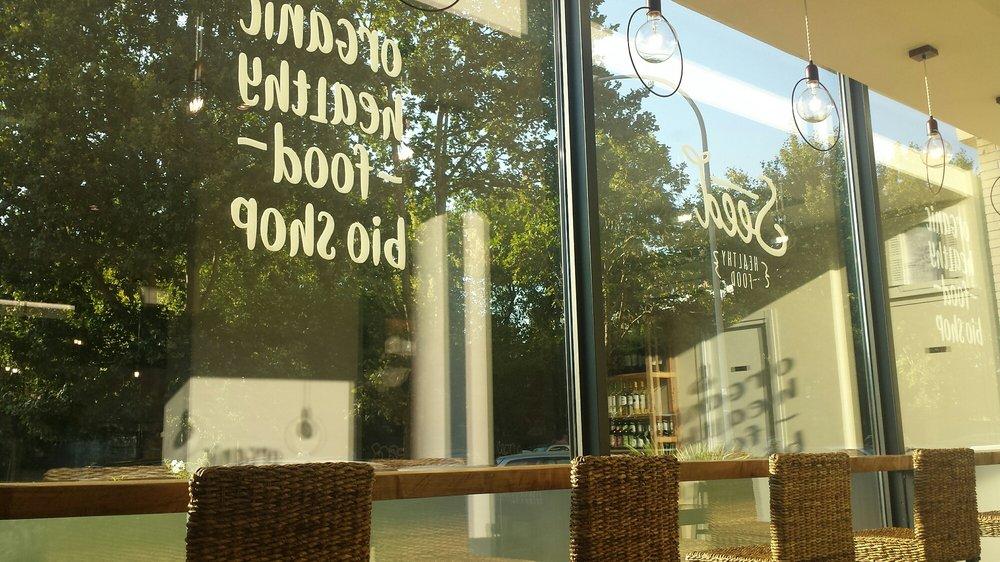 La vetrata del negozio con penisola e sgabelli a vista yelp