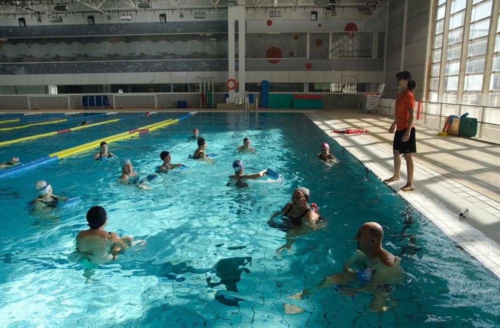 Activitats a piscina coberta yelp for Piscines picornell