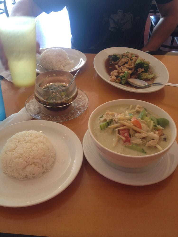 Green curry with chicken broccoli pad thai with chicken for Amazing thai cuisine