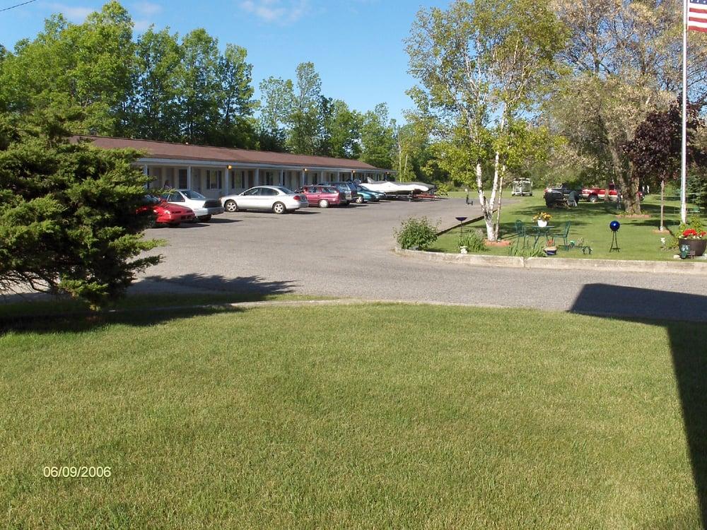 Creekside Motel: 1380 Mackinaw Ave, Cheboygan, MI
