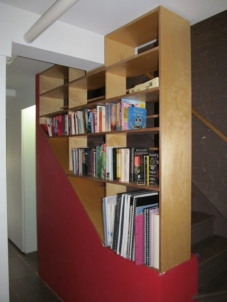 Garde-corps et bibliothèque intégrée en contreplaqué de ...