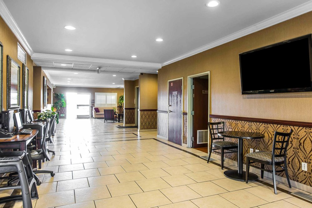 Comfort Suites Near Six Flags Magic Mountain: 25380 The Old Rd, Stevenson Ranch, CA
